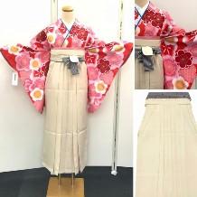 袴セット|白地・綺麗な大輪の赤やピンクの花柄小振袖・ベージュ袴|No.100-157
